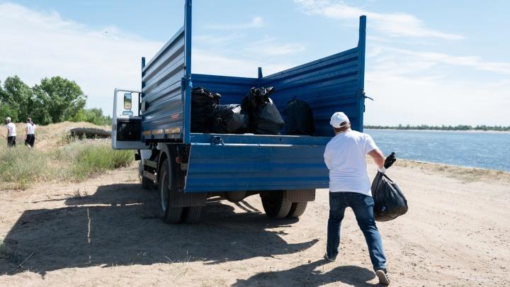 Активисты объединения «Газпром в Волгоградской области» вывезли с берега Волги тонны мусора