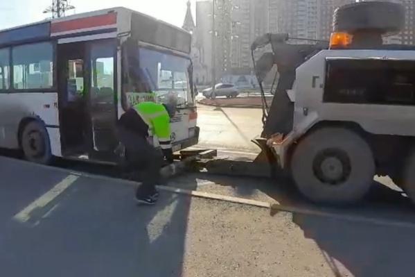 Автобус увезли на штрафстоянку