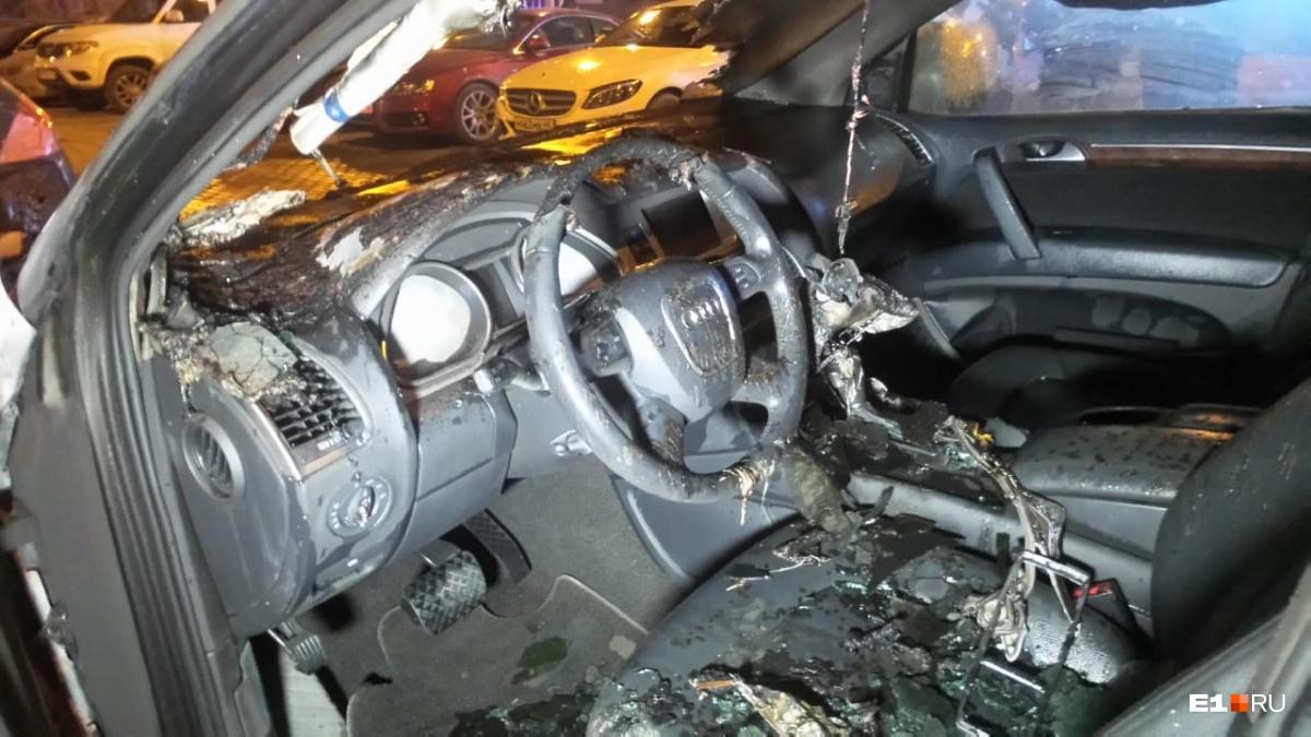 Плохая ночь для автовладельцев: в Екатеринбурге сгорели восемь машин, три из них — в паркинге