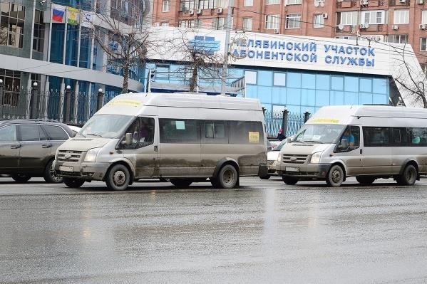 Нелегальные перевозчики подъезжают к остановкам не по расписанию и наперерез официальным автобусам