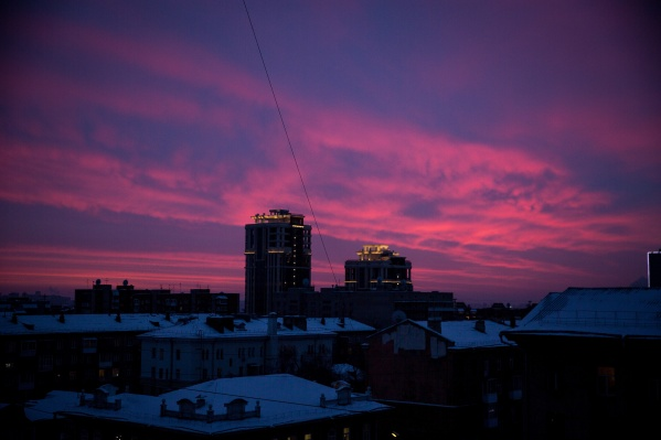 Фонари уже появились на улицах Омской и Салтыкова-Щедрина — это улицы с многоэтажной застройкой, также стало светло на нескольких улицах в частном секторе