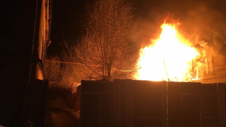 Пламя лизало крыши: три человека пострадали в крупном пожаре в центре Самары