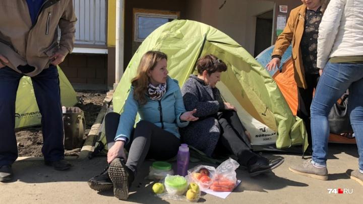 «Намерены идти до конца»: дольщики челябинского ЖК разбили палаточный городок возле долгостроя
