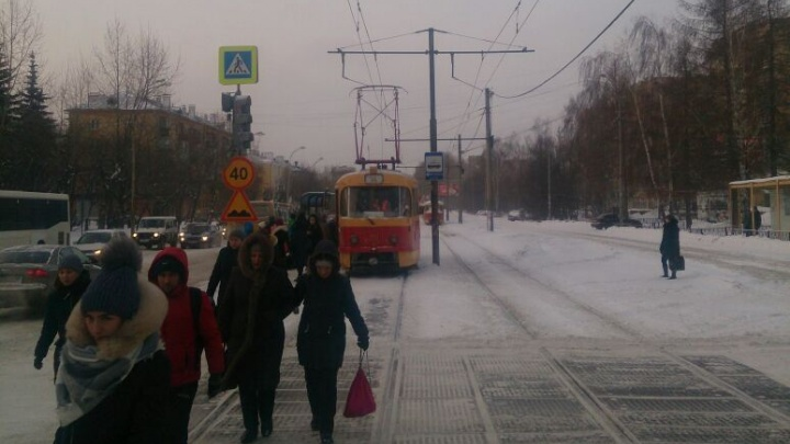«Напряжения нет»: утром на Вторчермете встали трамваи