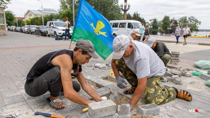 «Сегодня не бьет, а собирает кирпичи»: волгоградские строители подняли флаг ВДВ