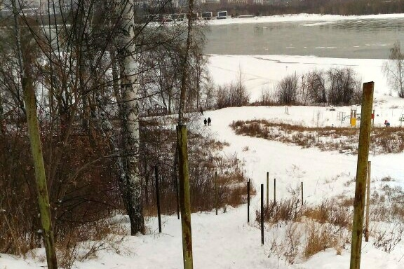 «Выкатываются с муниципальной земли»: в мэрии объяснили, кто огородил популярное место катания на ватрушках