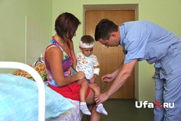 Двухлетний Максимка скоро отправится домой. Но о том, как выпал из окна, он вряд ли когда-нибудь забудет