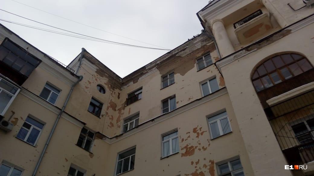 По словам местных жителей, штукатурка постоянно отваливается с фасада