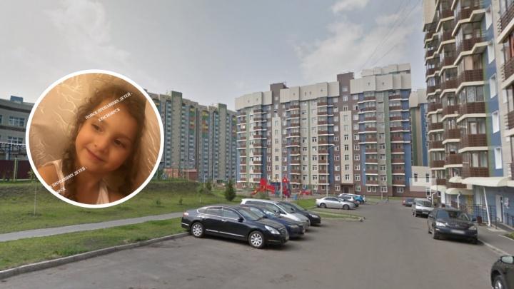 «Гуляли без родителей»: 3-летняя девочка ушла со двора в Красноярске и пропала (обновлено)