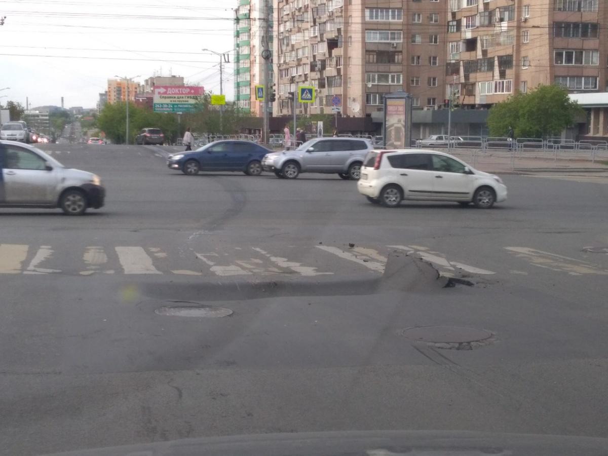Провал образовался на перекрёстке улицы Российской и проспекта Ленина