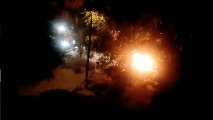 «Борьба за парковку»: в Волгограде сгорели «Лада Приора» и «десятка» — видео