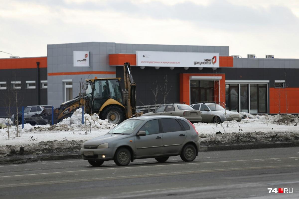 Строители уже возвели новое здание, осталось уладить формальности