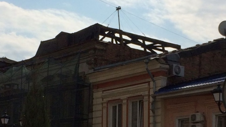 Жильцы многоквартирного дома на Серафимовича больше месяца живут без крыши