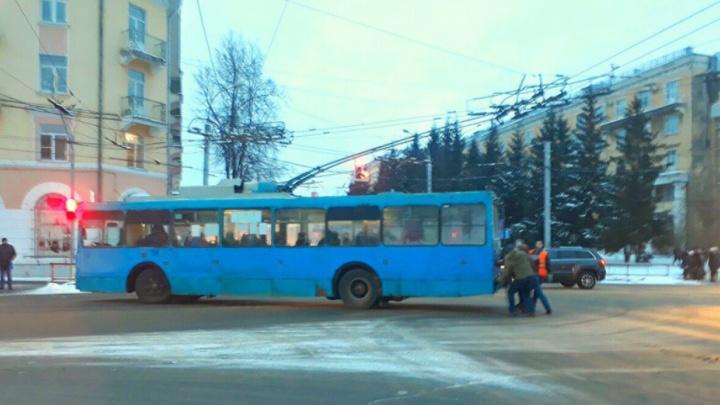 «Страшно смотреть»: как в Рыбинске пассажиры троллейбус толкали