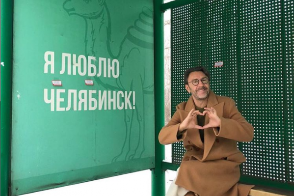 Сергей Шнуров выбрал в качестве локации старые зелёные остановки в Челябинске, от которых начали избавляться в этом году