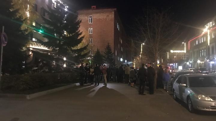 Прямой эфир: красноярцы устроили народный сход у прокуратуры после жестокого убийства спортсмена
