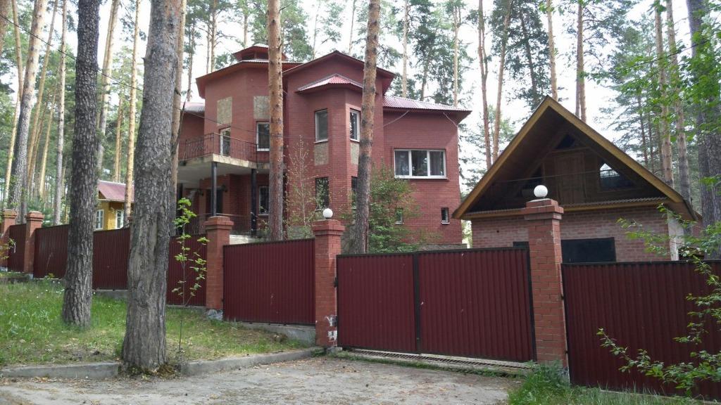 Джентльмены у дачи: на Урале сдается шикарный дом со своим пирсом за 400 тысяч в месяц