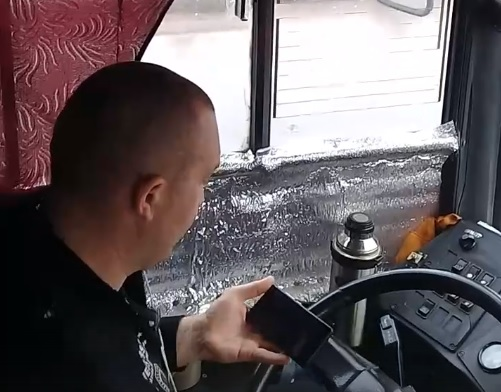 Пермяки пожаловались на водителя автобуса, смотревшего видео за рулём