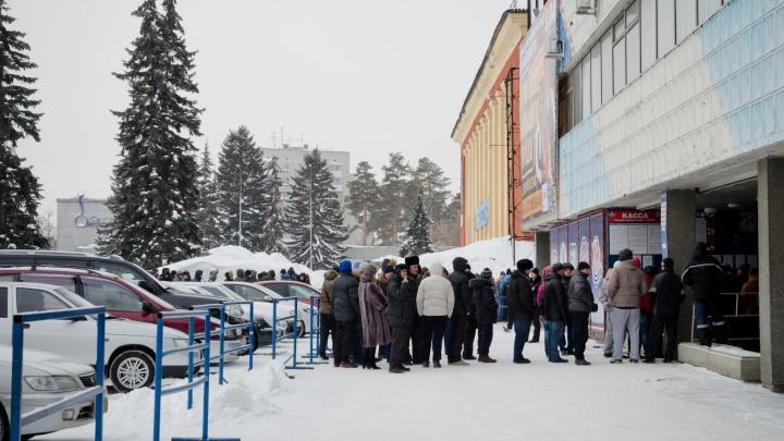 Хоккейная «Сибирь» решила напоить замёрзших болельщиковглинтвейном
