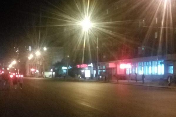 Каждый вечер люди стоят на остановке в ожидании автобуса