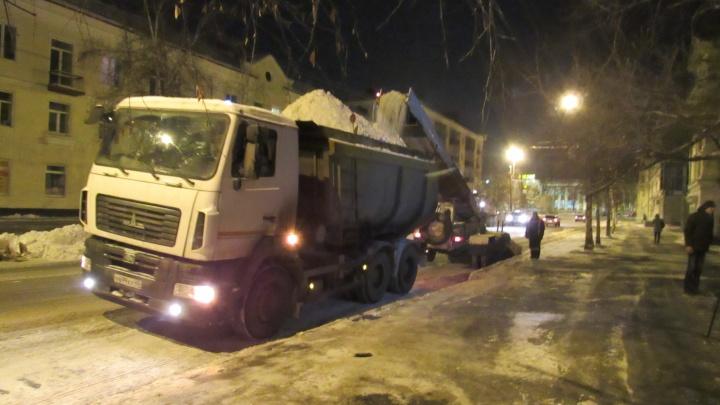 В Кургане 50 машин устраняют последствия снегопада