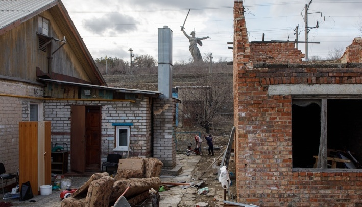 «Живут бесплатно»: в Волгограде ползущие времянки у Мамаева кургана записали в многоквартирные дома