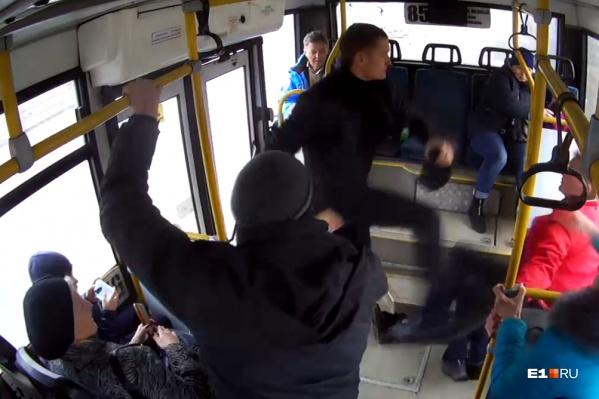 Драка происходила прямо во время движения автобуса