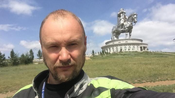 Новосибирский байкер проехал тысячи километров ради фото с 40-метровым Чингисханом