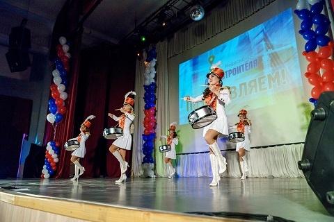 Новосибирские строители заранее отметили свой день (фоторепортаж)