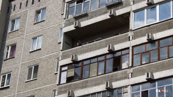 На ВИЗе пьяный мужчина выбросил с балкона соседскую таксу по кличке Чип