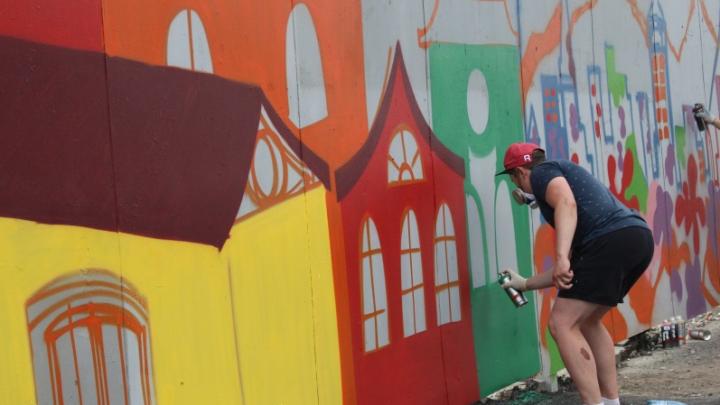 Портреты и пейзажи в стиле поп-арт. Уличные художники разрисовали заборы и остановки в центре Перми