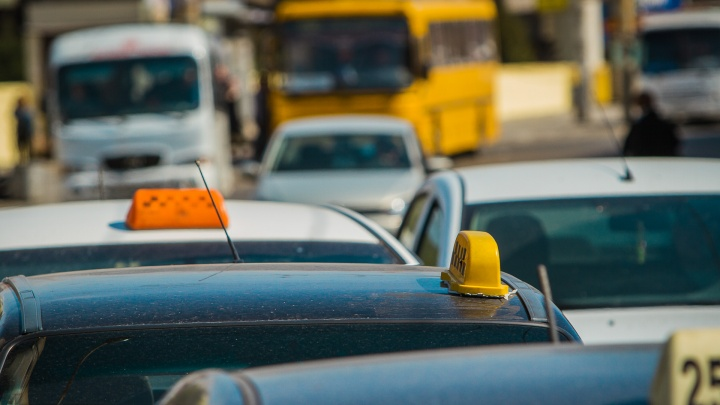 Скован ремнем: в Ростове мужчина застрял в автомобиле во время конфликта с таксистом