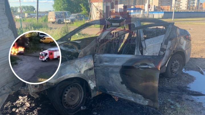 Пьяный водитель без прав на «Делимобиле» протаранил забор и спалил машину