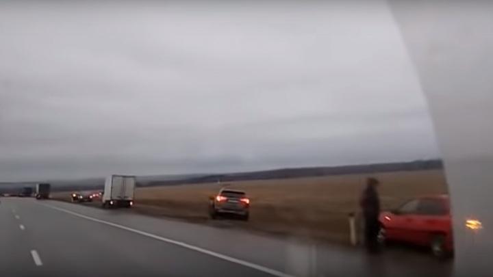 Десятки автомобилей выбросило в поле: жители Башкирии познали прелести езды по «стеклянной» дороге
