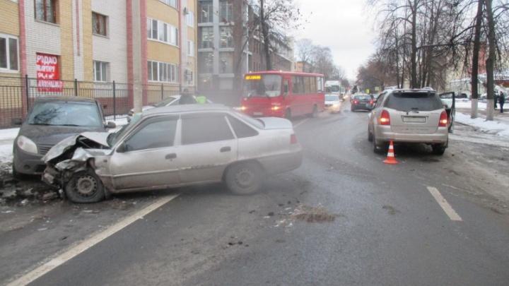 В ДТП с тремя машинами в Ярославле пострадали трое человек