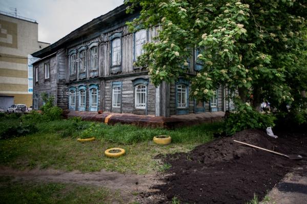 Жильцы дома на Октябрьской, 6 не смогли признать его продажу незаконной, а теперь борются в суде с несправедливыми ставками аренды