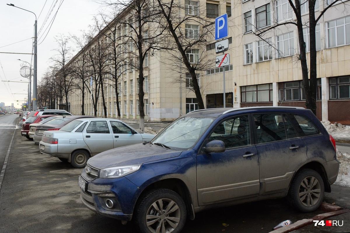 На этом участке улицы остановка запрещена, но знак не действует на парковочные карманы вроде этого. Перпендикулярную парковку допускает знак «Способ постановки на стоянку»