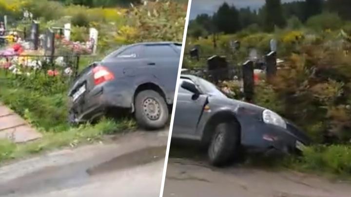 «На ногах не стоял»: в Рыбинске водитель устроил аварию на кладбище