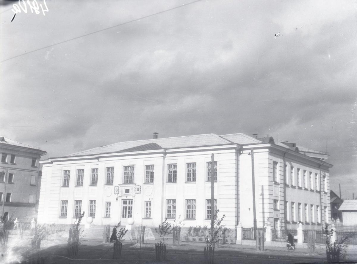 А это школа рабочей молодёжи, построенная в пятидесятых на улице Соликамской