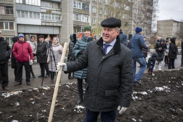 На посадку деревьев пришёл мэр Анатолий Локоть