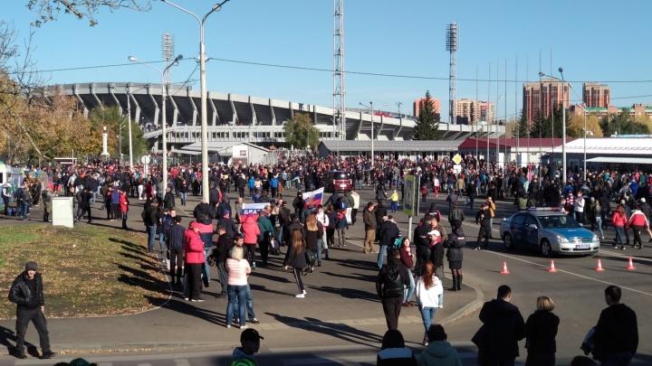 Тысячи болельщиков со всей страны собрались возле Центрального стадиона на игру «Енисей» — «Спартак»