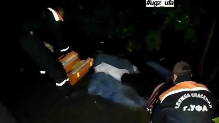 Застряли в лесу: в Уфе сняли на видео, как спасают мужчину с переломом