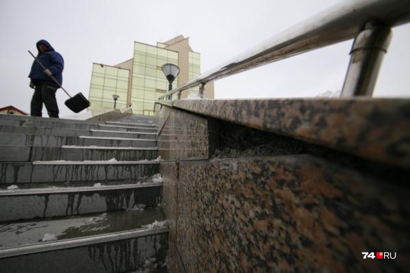 На лестничных маршах исторического музея Южного Урала отлетела гранитная плитка
