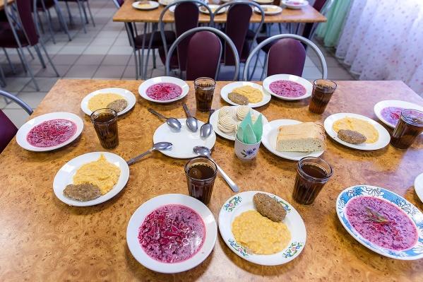 За школьный завтрак, обед и полдник родителям приходится платить в среднем по 150 рублей в день