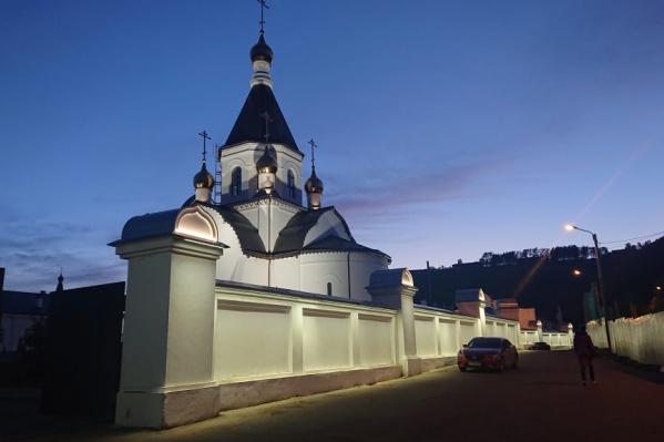Теперь в вечернее время храм выглядит так
