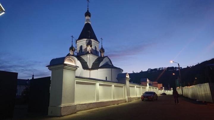 Мужской монастырь в Удачном подсветили