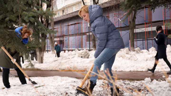 Опять с лопатой! В сквере на Молодогвардейской убирались первые лица города во главе с мэром