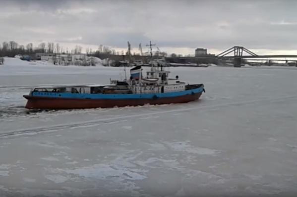 Ледокол начал работать у Старой бухты