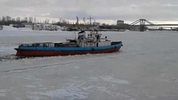 Пробиваются к Фрунзенскому мосту: по реке Самаре пустили ледокол