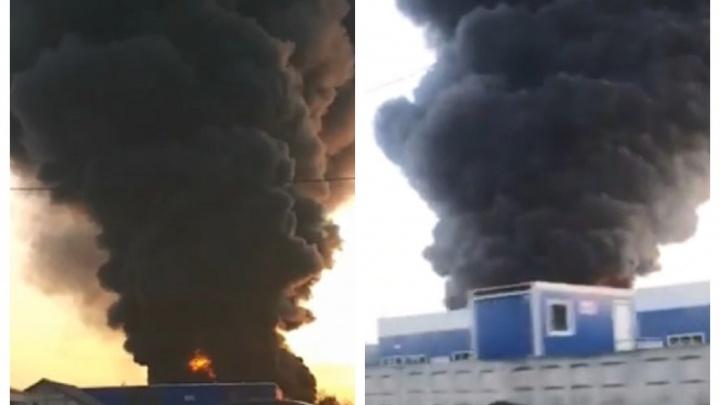 «На складе может храниться до 500 тонн масла»: появилось видео пожара в Кудьминской промзоне